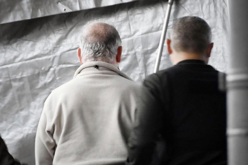 Der mutmaßliche Fluchthelfer, ein 60 Jahre alter Mann (l.) und sein Sohn wurden im März in Gewahrsam genommen und nach Tokio überführt. (Archivbild)