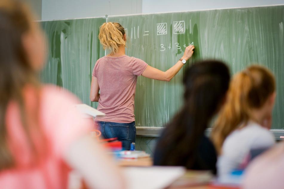 Laut einer Umfrage sind Lehrkräfte in NRW wegen ständiger Änderungen und zahlreicher Schutzmaßnahmen in der Corona-Pandemie häufig mit Angriffen konfrontiert. (Archivbild)