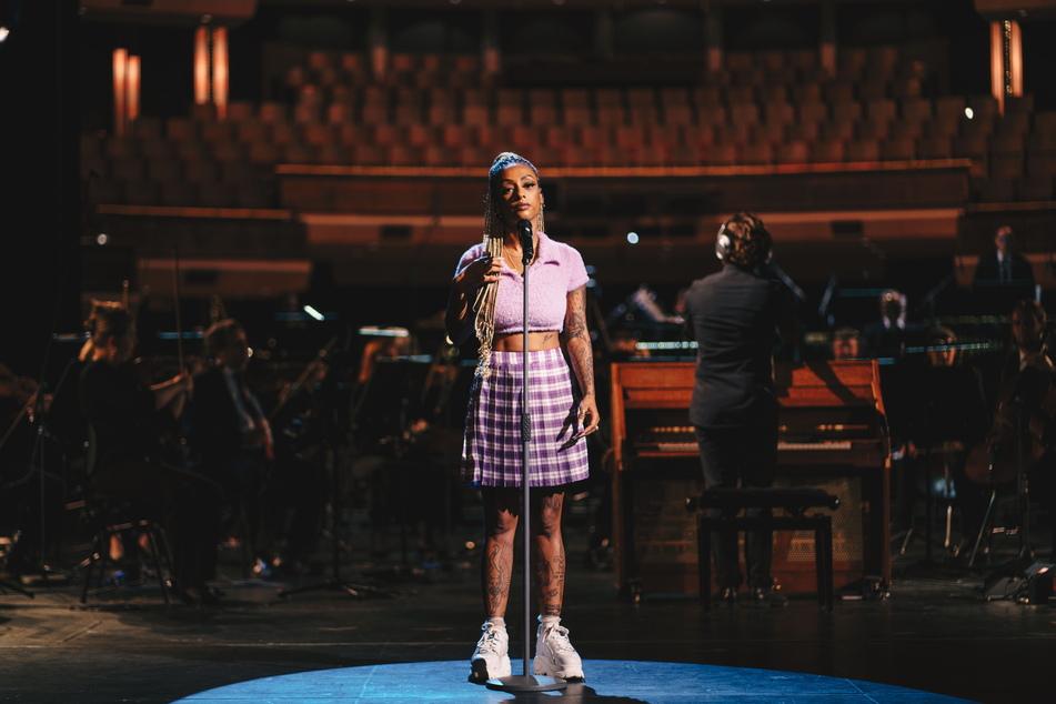 Rapperin Nura beim Musikvideodreh im Chemnitzer Opernhaus.
