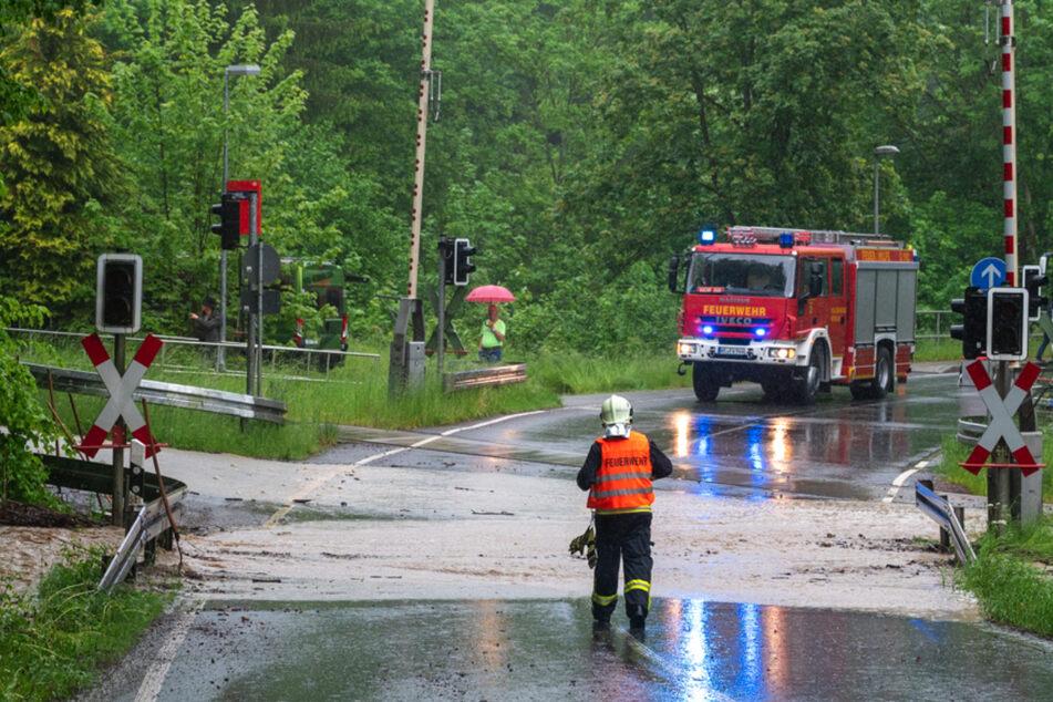 Unwetter-Chaos in Thüringen: Straßen überflutet, Bahnübergang unter Wasser, Zugausfälle