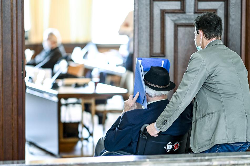 Beihilfe zum 5230-fachen Mord: Jugendstrafe für 93-Jährigen gefordert