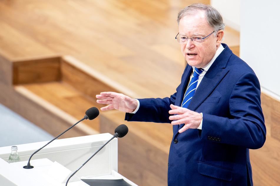 Niedersachsens Ministerpräsident Stephan Weil (SPD) würde sich sofort mit AstraZeneca impfen lassen. (Archivfoto)