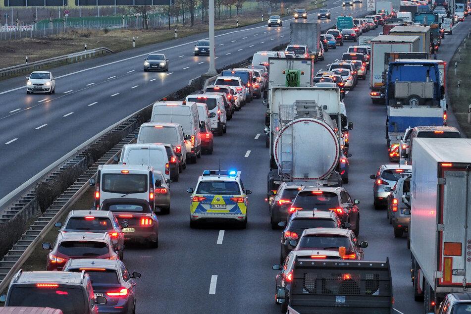 Der entsprechende Autobahnabschnitt blieb fast drei Stunden komplett gesperrt.
