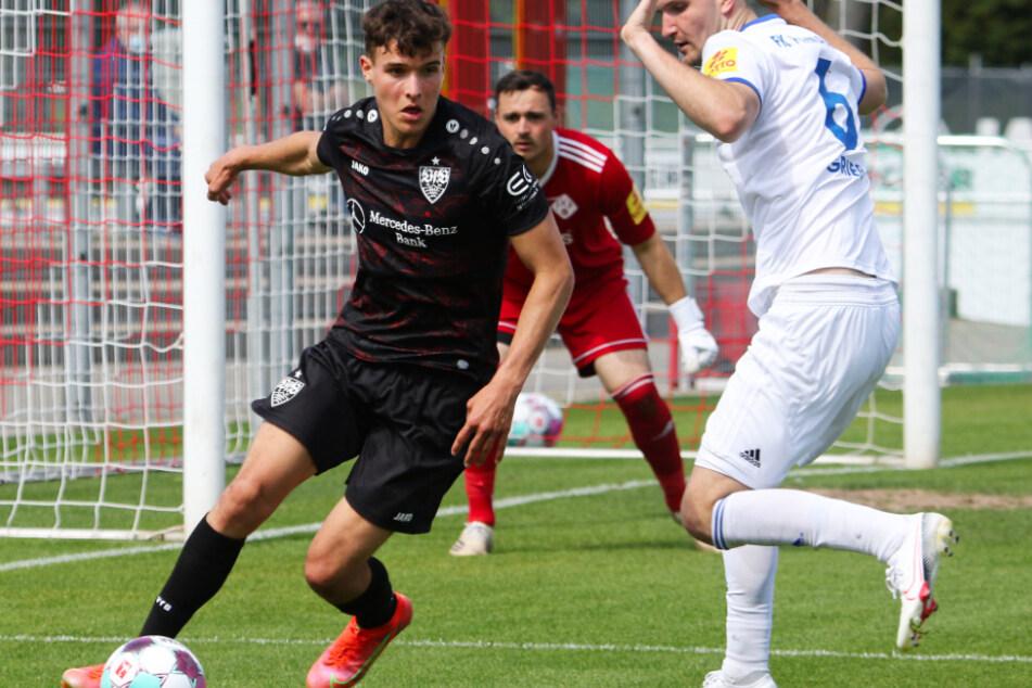 VfB-Youngster Leonhard Münst (19, l.) wird in der anstehenden Saison nicht das Trikot mit dem Brustring tragen.