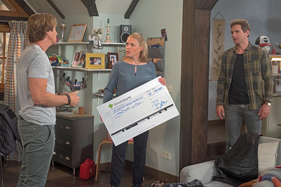 Britta (Jelena Mitschke, 42, M.) und Luke (Oliver Franck,45, r.) sind entsetzt, dass Ben (Hakim Michael Meziani, 52 l.) und Tina das Dachgeschoss voreilig verkauft haben.