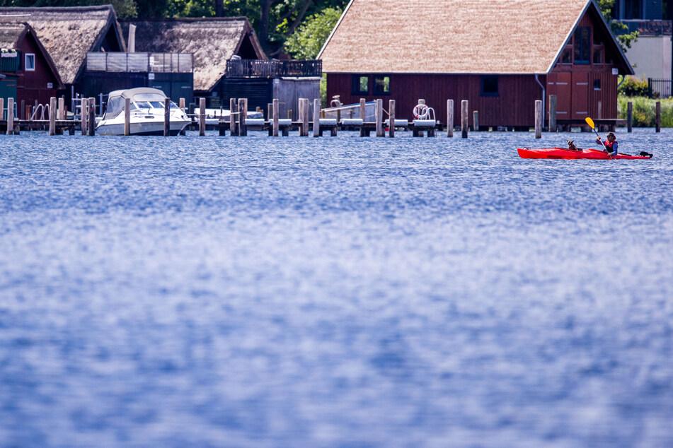 Ein Paddler ist mit seinem Boot auf dem Schweriner See unterwegs. (Symbolbild)