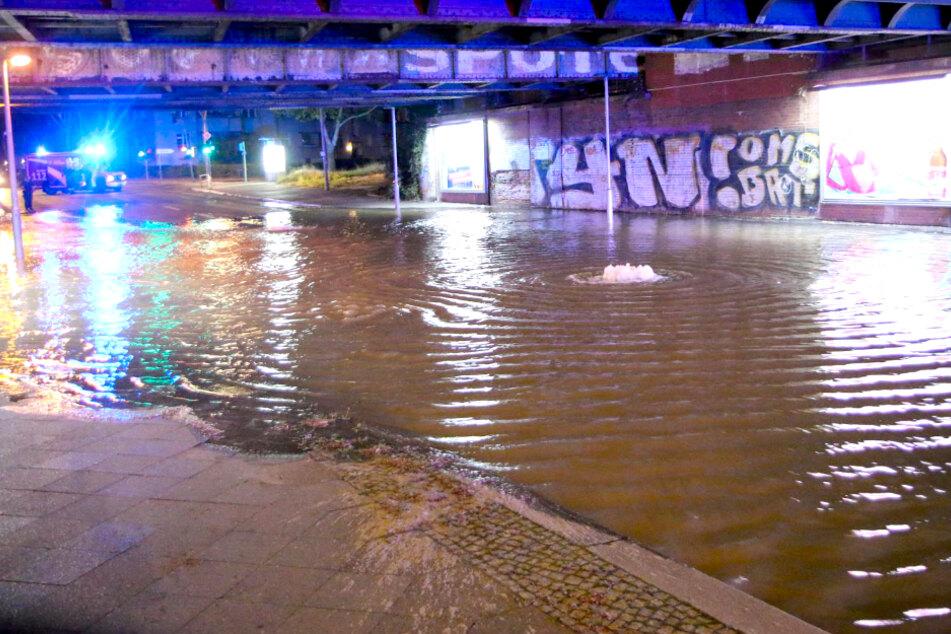 Berlin: Wasserrohrbruch in Tempelhof: Straße geflutet und gesperrt!