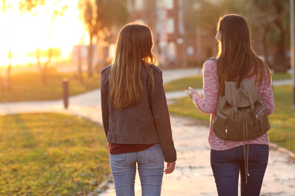 Mit der Freundin spazieren gehen - unter Einhaltung der Abstands- und Hygieneregeln gar kein Problem.