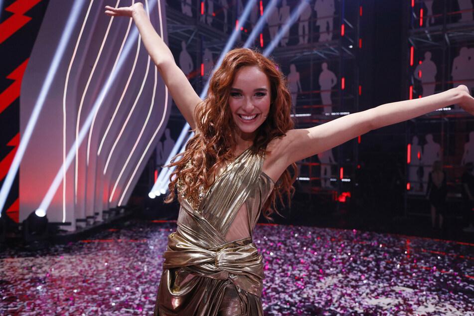 Die Finalistin Jacky von Germany's Next Topmodel jubelt über ihren Sieg.