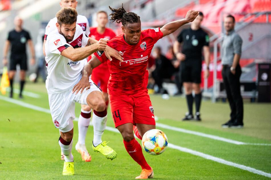 Ingolstadts schneller Angreifer Caniggia Elva (r.) setzt sich gegen Nürnbergs Enrico Valentini durch.