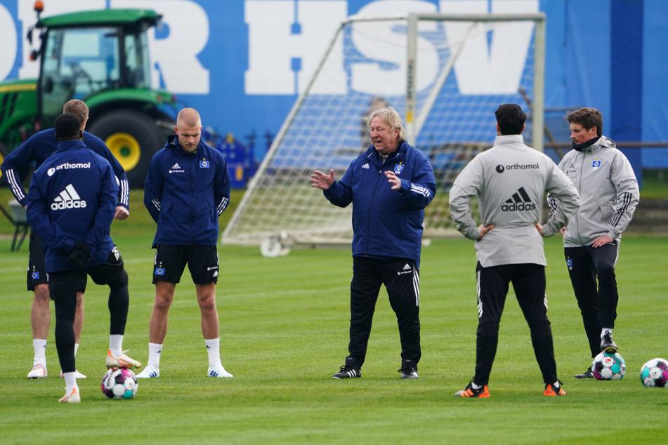 Horst Hrubesch erklärt den HSV-Spielern, was er von ihnen verlangt.