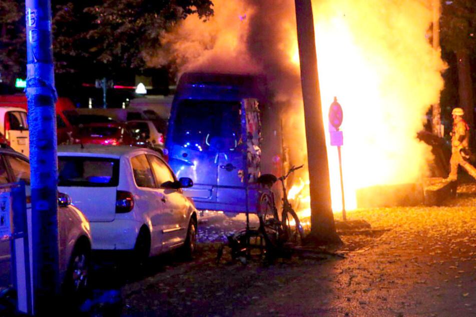 Auch ein Lieferwagen in der Sonnenallee stand in Flammen.