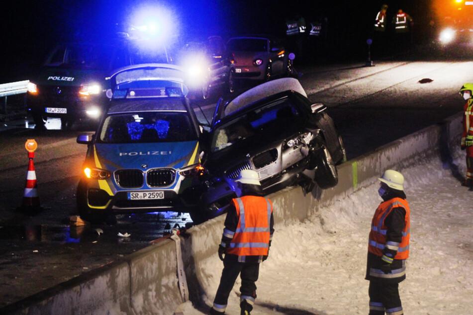 Der Wagen der Fahrerin kam auf der Mittelleitplanke zum Stillstand.