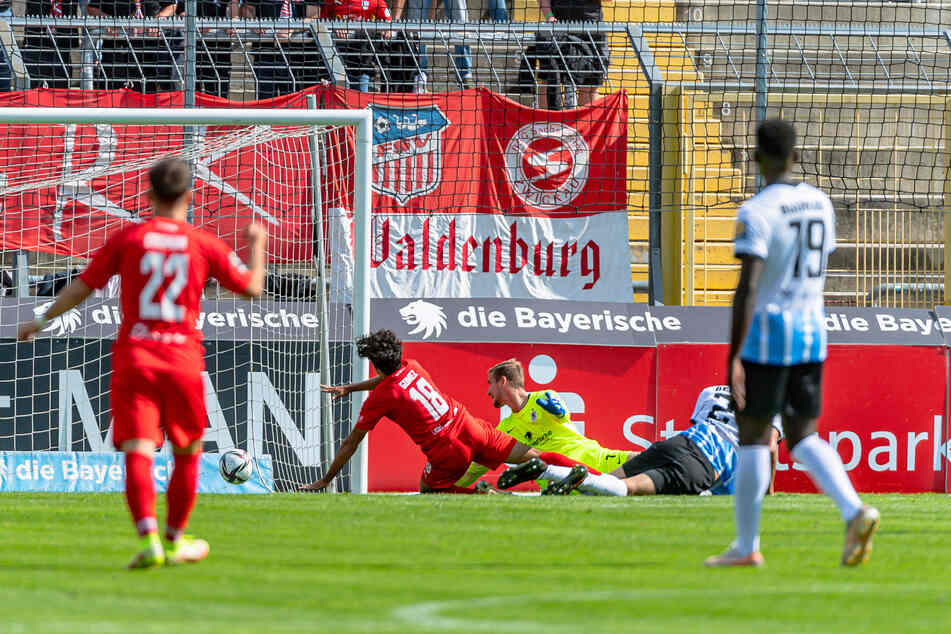 Johan Gomez trifft zum 1:0 für den FSV Zwickau.