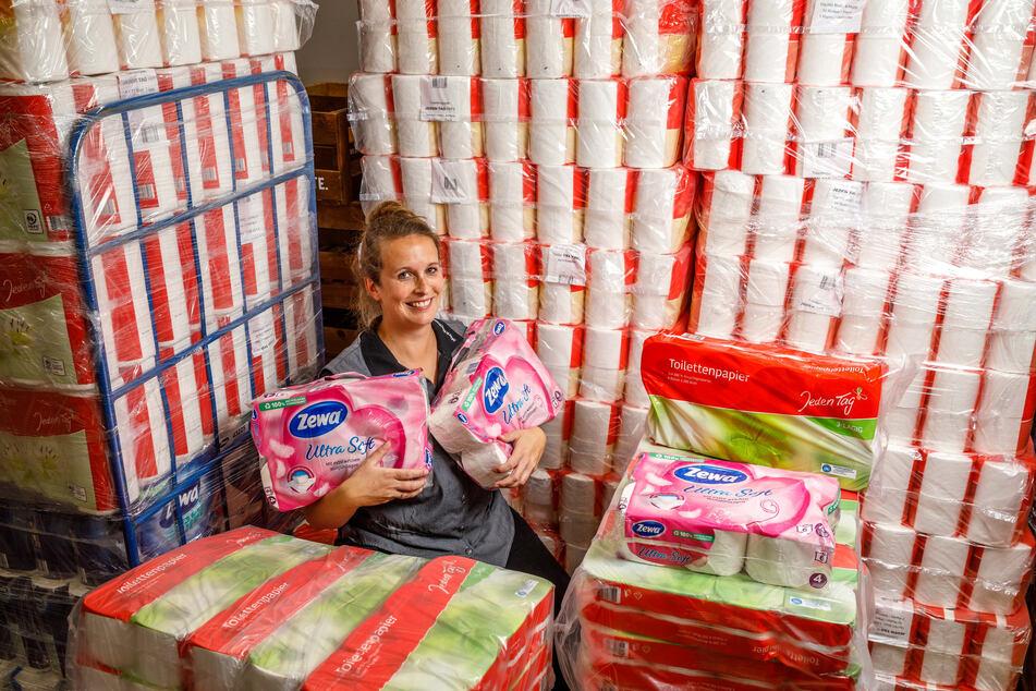Volles Lager: Auch Konsum-Marktleiterin Kathleen Holland (34) hat angesichts der vermehrten Käufe jetzt die Klopapier-Bestände verstärkt.