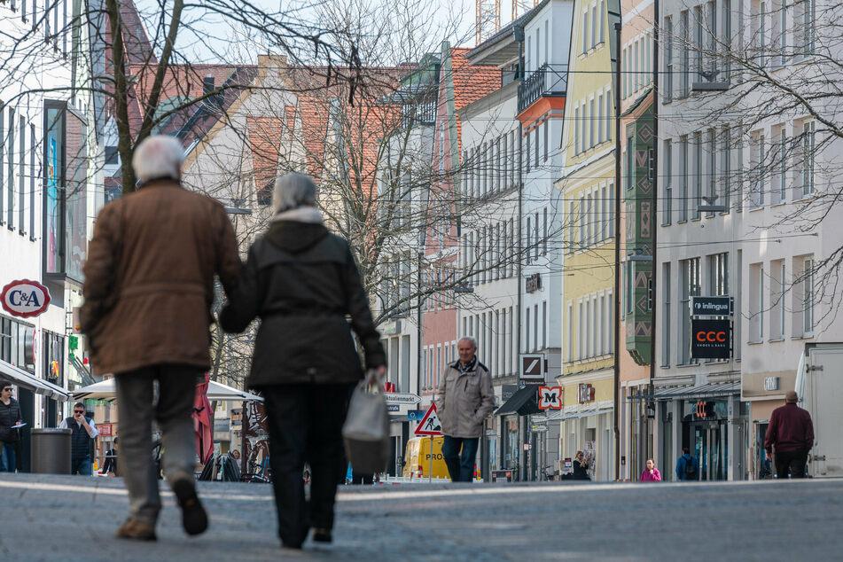 Bayern, Ingolstadt: Passanten gehen durch die Fußgängerzone in der Altstadt.