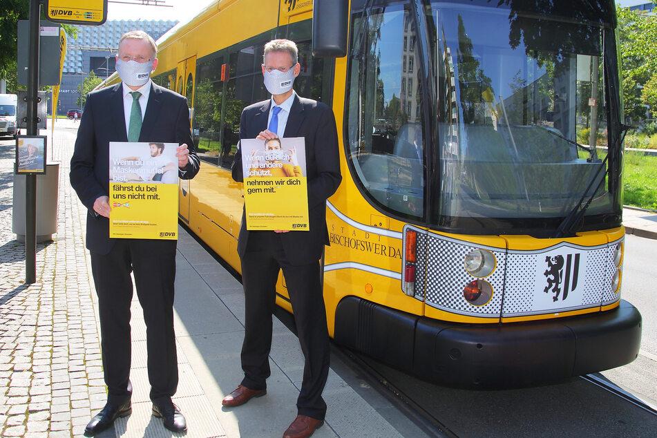 Nicht nur Bürgermeister Detlef Sittel (53, CDU) und DVB-Vorstand Andreas Hemmersbach (52, r.) tragen Maske, sondern nun auch eine Straßenbahn.