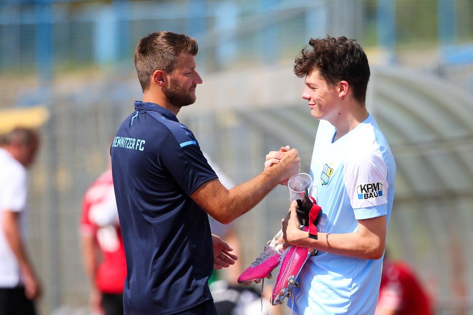 Trainer Daniel Berlinski (35, l.) klatscht Niclas Walther (18) nach dem 2:1-Sieg gegen Hannover 96 II. ab. Das 18 Jahre alte Nachwuchstalent hat sich in der Vorbereitung auf der linken Abwehrseite ins Team gespielt.