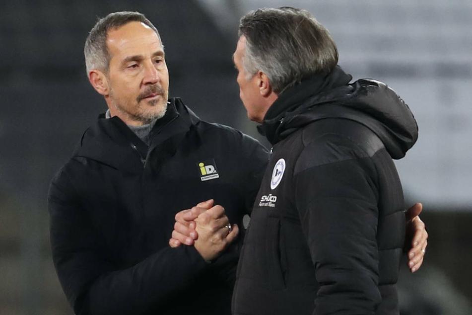Eintracht-Coach Adi Hütter (l.) und Bielefelds Trainer Uwe Neuhaus nach dem Spiel.