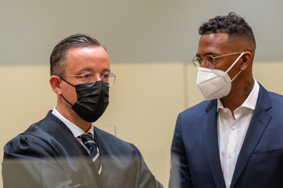 Jérôme Boateng (33, r.) mit seinem Anwalt Kai Walden im Münchner Amtsgericht.