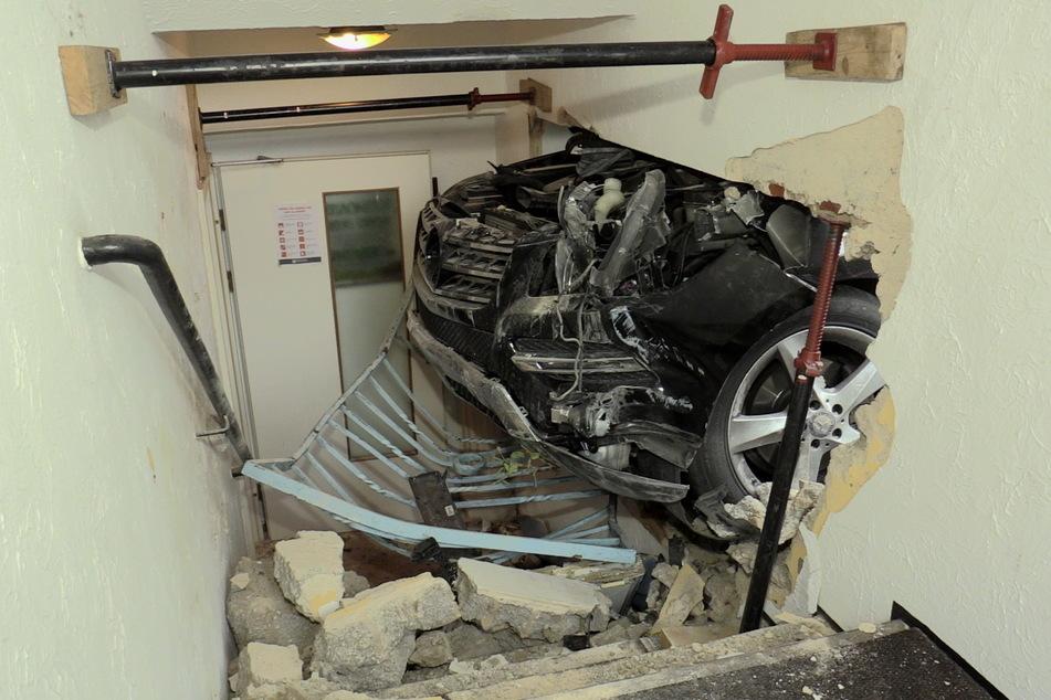Nach dem Unfall blieb das Auto im Gebäude stecken.