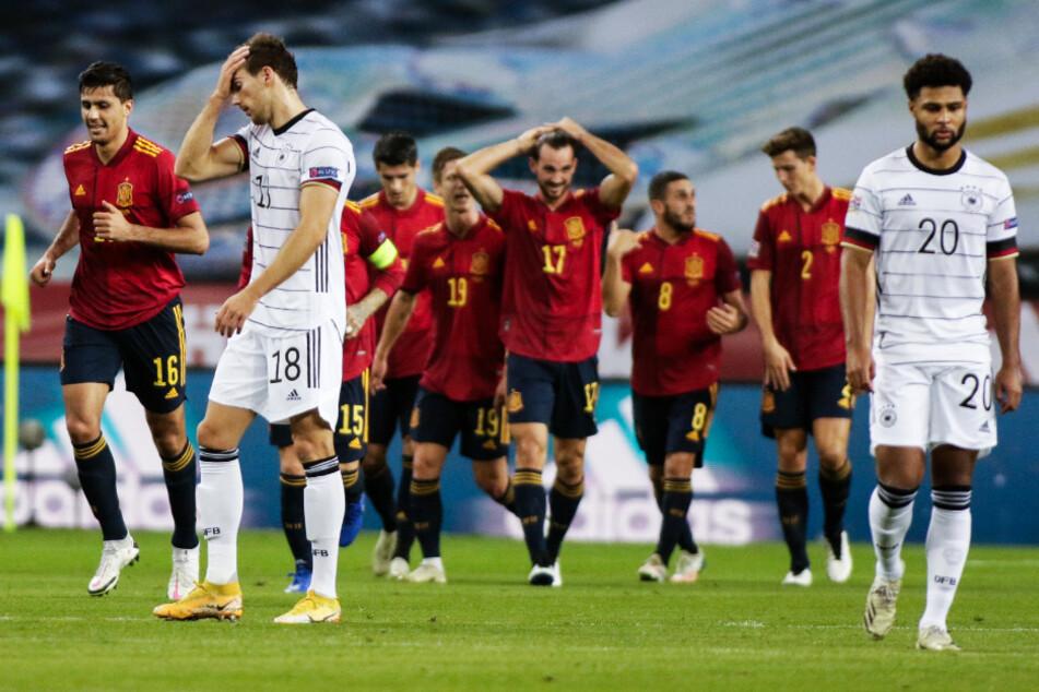 Das Symbolbild des Spiels: Spanien kam aus dem Jubeln nicht mehr heraus, während die passiven deutschen Akteure die Köpfe hängen ließen.