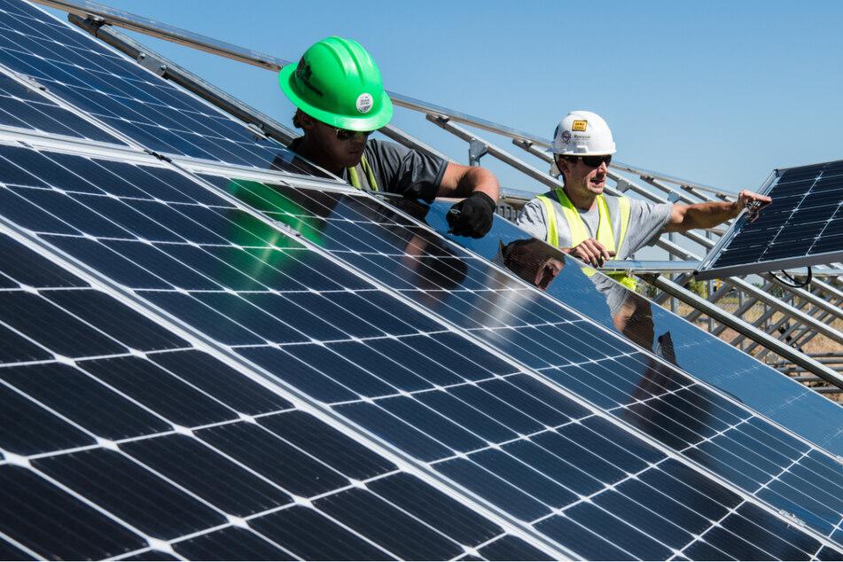 Männer beim Zusammenbau einer Solaranlage. (Foto: Science in HD, Unsplash)