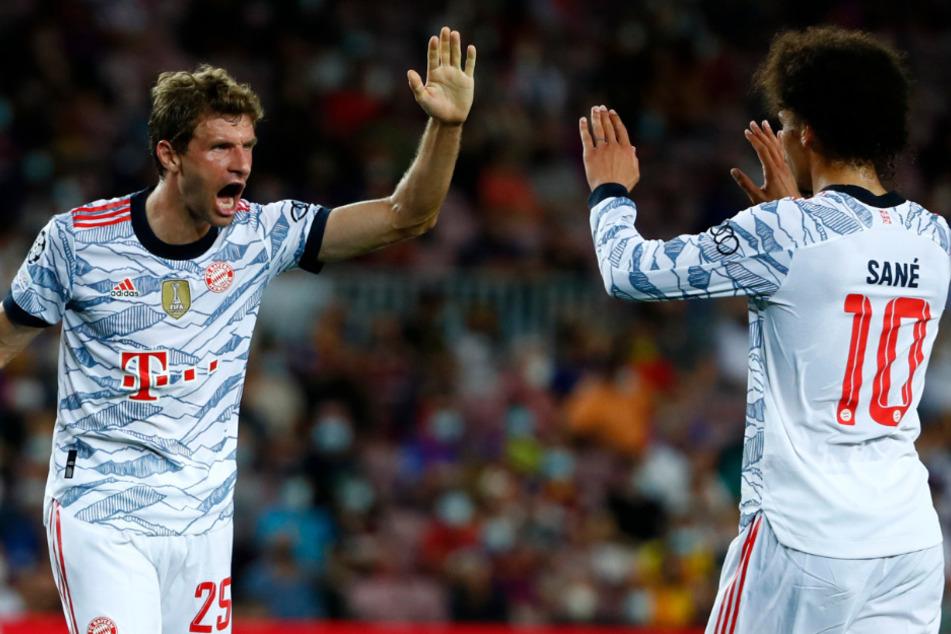 Hand drauf! Thomas Müller (32, l.) und Leroy Sané (25, r.) dürfen am Samstag gegen den VfL Bochum mit einem Spezialtrikot auflaufen.