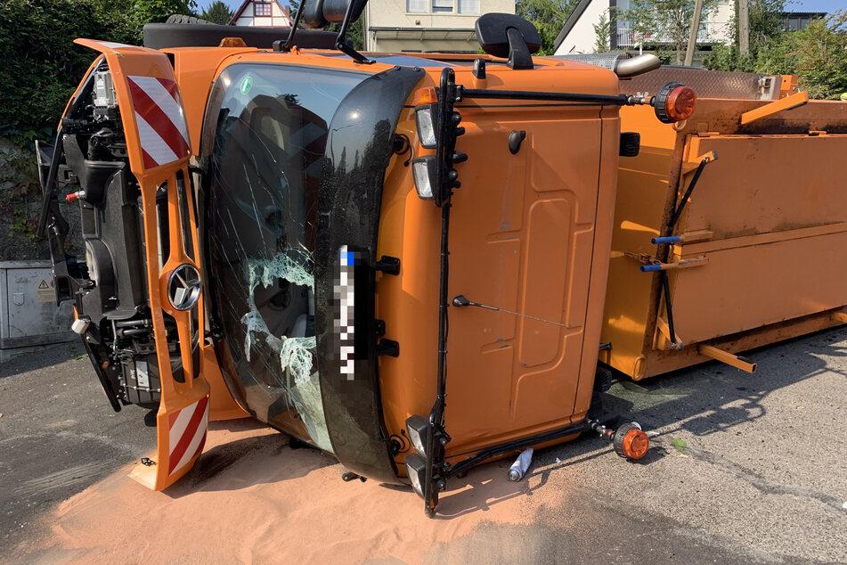 Tödliches Unglück bei Bauarbeiten: Mann (29) von umgekipptem Teerfahrzeug begraben