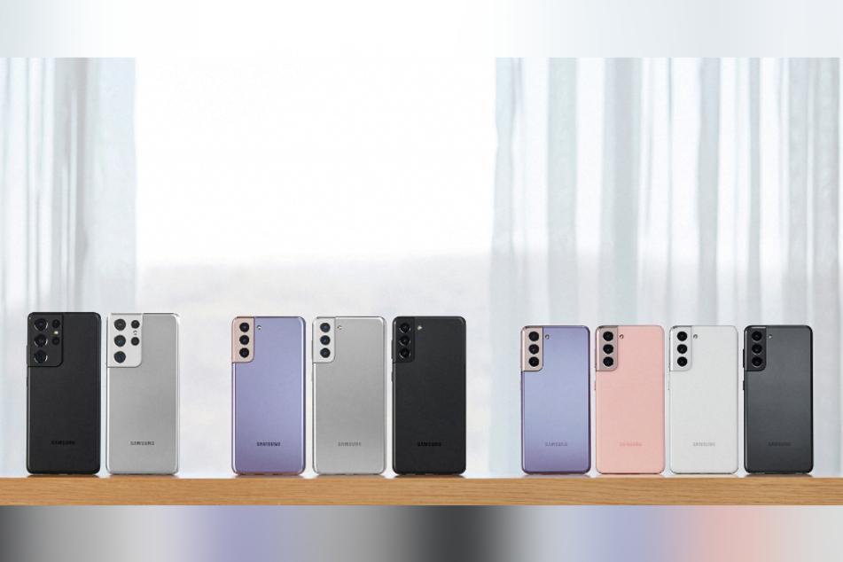 Smartphones der Modelle Galaxy S21 (r.), S21+ (M.) und S21 Ultra (l.) stehen auf einem Tisch.