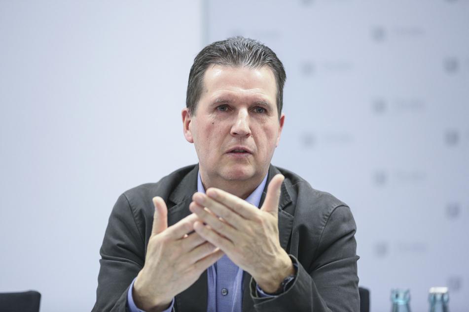Ordnungsamts-Chef Ralf Lübs (58) macht mit verdeckten Ermittlern Jagd auf verbotene Sex-Angebote.