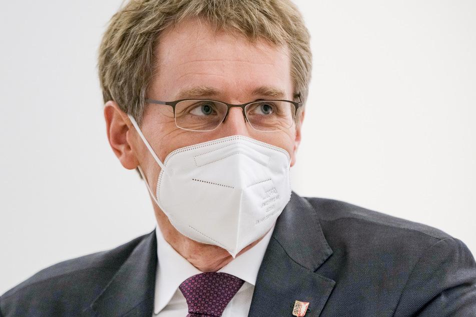 Daniel Günther (CDU), Ministerpräsident von Schleswig-Holstein, trägt im Foyer des Landtags eine FFP2-Maske.