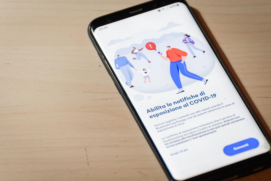 Auf einem Smartphone ist die App Immuni installiert.