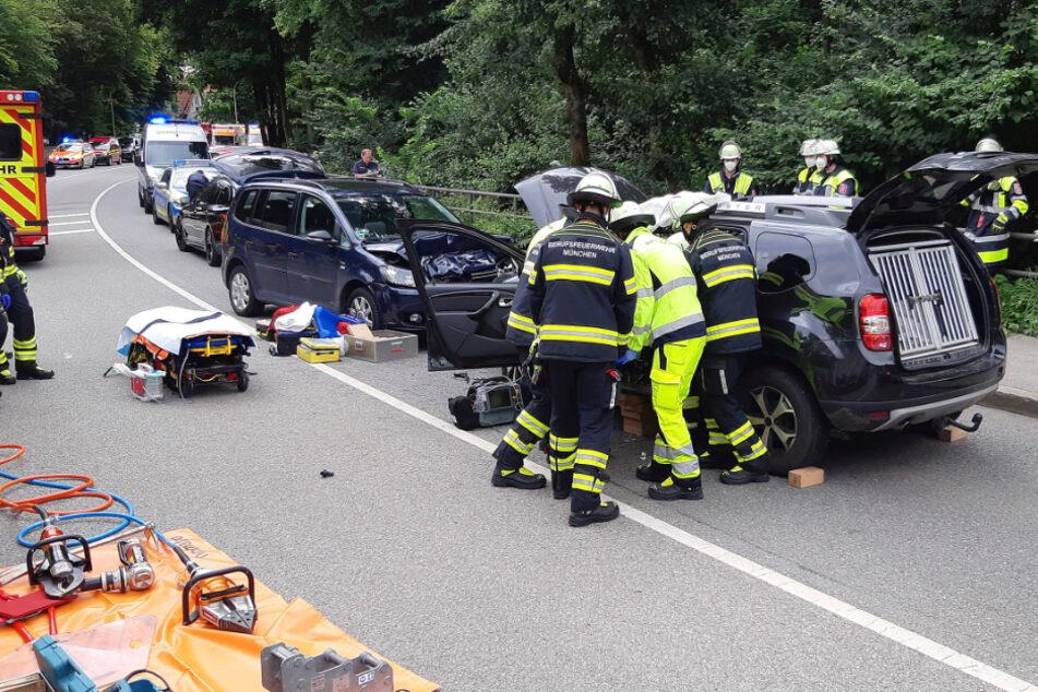 Die Feuerwehr bei der Bergung der schwerverletzten Frau.