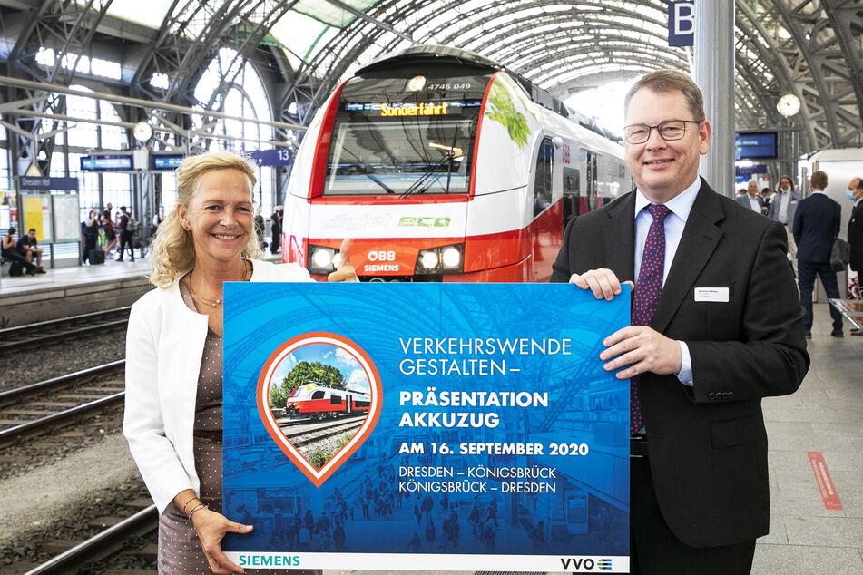 Ines Fröhlich, Staatssekretärin des Ministeriums für Wirtschaft, Arbeit und Verkehr (SMWA) und VVO-Geschäftsführer Burkhard Ehlen fuhren den Akku-Zug Probe.
