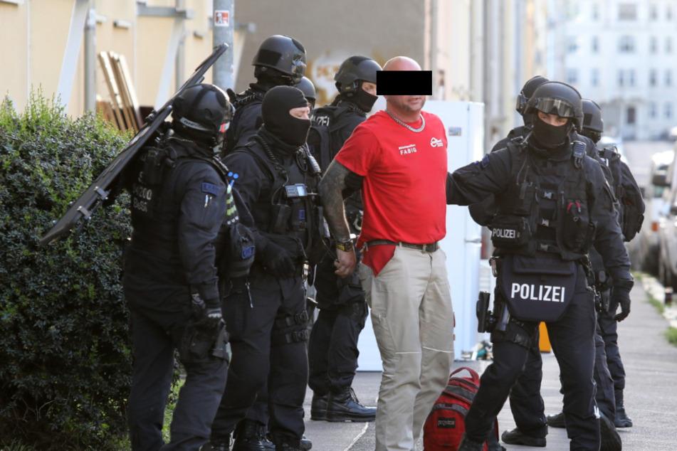 Polizeieinsatz in Leipzig: 44-Jähriger zielt mit Schusswaffe auf Kopf seines Opfers