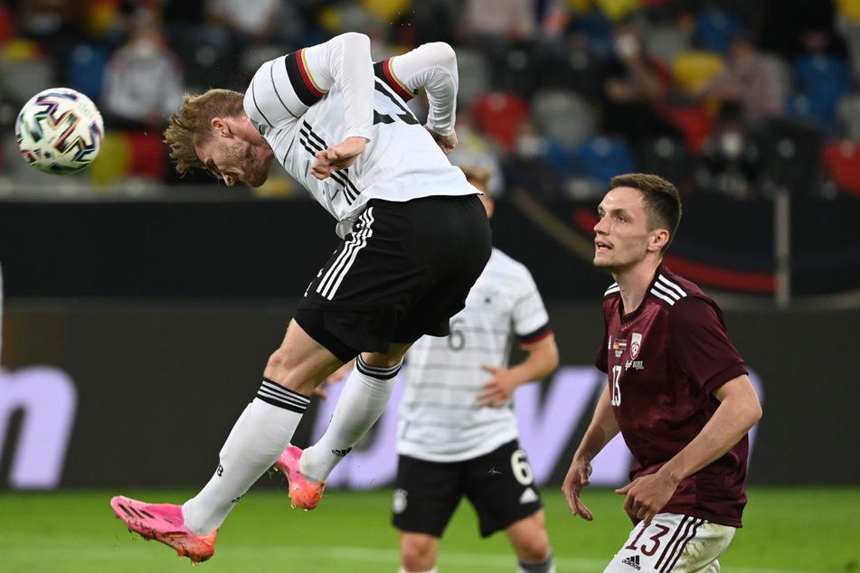 Schon im Testspiel gegen Lettland waren Timo Werners (25, l.) pinkfarbene Schuhe aufgefallen.