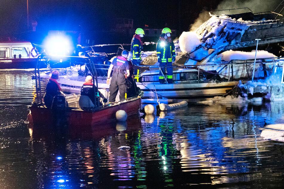 Insgesamt rückten 48 Einsatzkräfte der Feuerwehr wegen des brennenden Boots in Frankfurt aus.