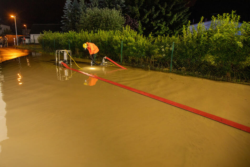 Nix geht mehr in Altchrieschwitz. In dem Plauener Ortsteil stand die Langenberggasse unter Wasser.