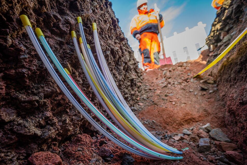 Im Chemnitzer Stadtteil Euba verlegen Arbeiter der Baufirma Gunter Hüttner Glasfaserkabel von Energieversorger Eins.