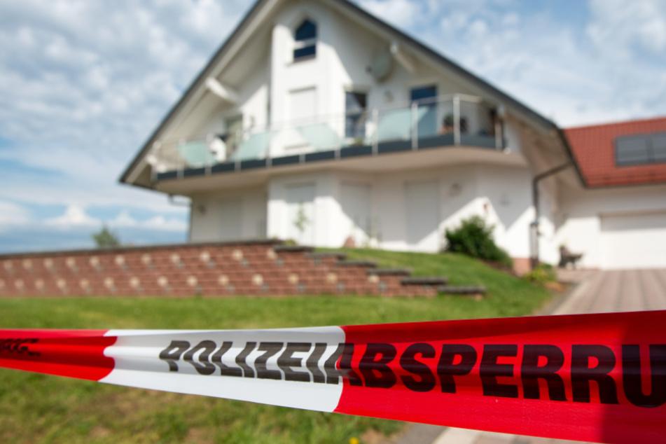 Das Foto zeigt den Tatort: Das Haus des erschossenen CDU-Politikers Walter Lübcke in Wolfhagen bei Kassel.