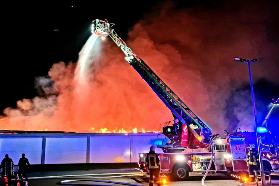 Die Feuerwehr löscht die Flammen in Hohen Neuendorf (Landkreis Oberhavel).