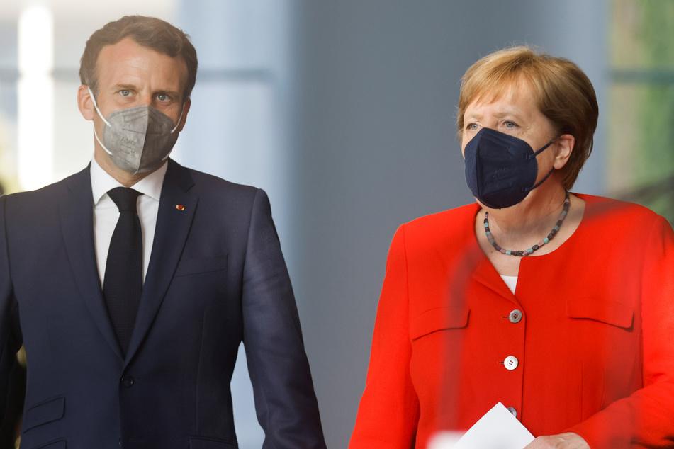 Bundeskanzlerin Angela Merkel (66, CDU) und Frankreichs Präsident Emmanuel Macron (43) tragen Masken, während sie ankommen, um zusammen vor Journalisten ein Statement abzugeben. Die beiden treffen sich, um unter anderem den für die kommende Woche in Brüssel geplanten EU-Gipfel vorzubereiten.