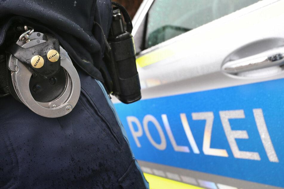 Mädchen wird von zwei Männern aus Transporter angesprochen und am Arm festgehalten