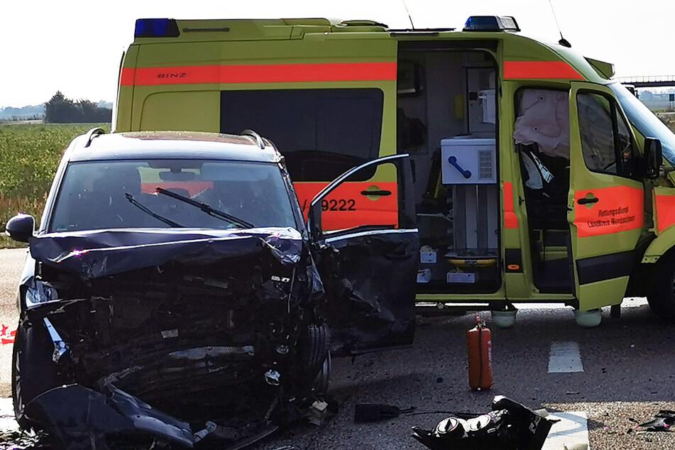 Mehrere Verletzte: Rettungswagen kracht in Auto, Brummi landet im Graben