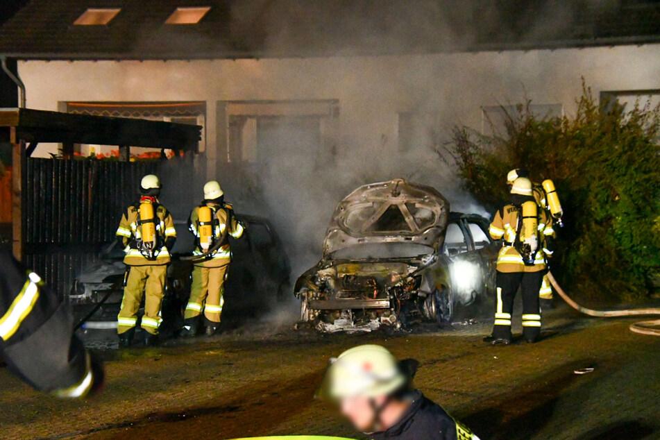 Die Feuerwehr löschte die lichterloh brennenden Autos in der Nacht zu Samstag. Verletzt wurde glücklicherweise niemand.