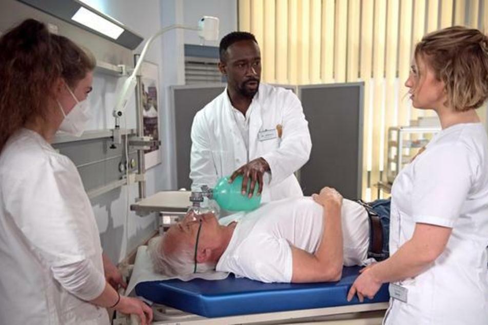 Hendrik kümmert sich um Thomas, der nach einer Medikamentengabe durch Sara zusammengebrochen ist.