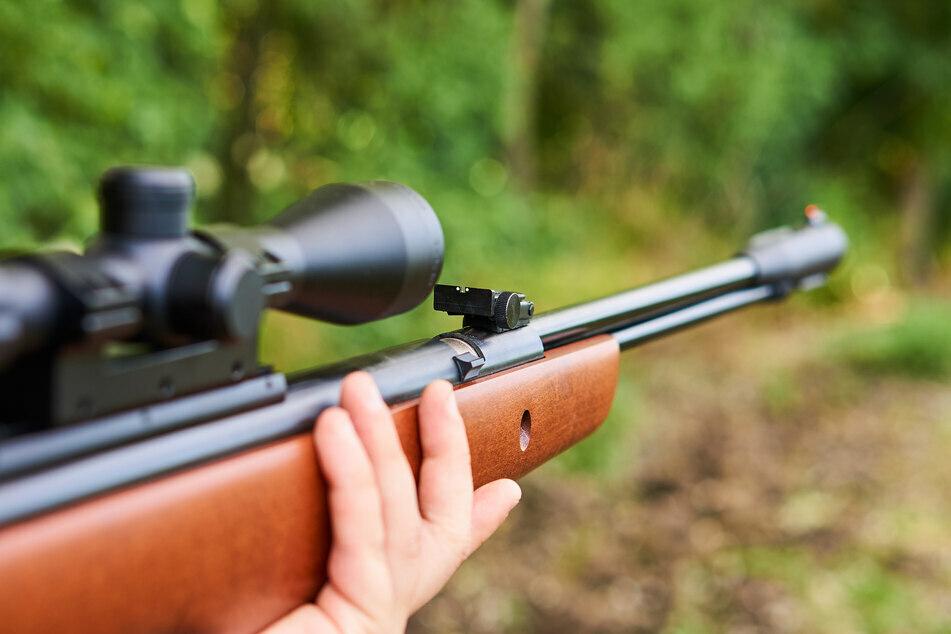 Ein Mann schoss in Reichenbach mit einem Luftgewehr aus dem Fenster. (Symbolbild)