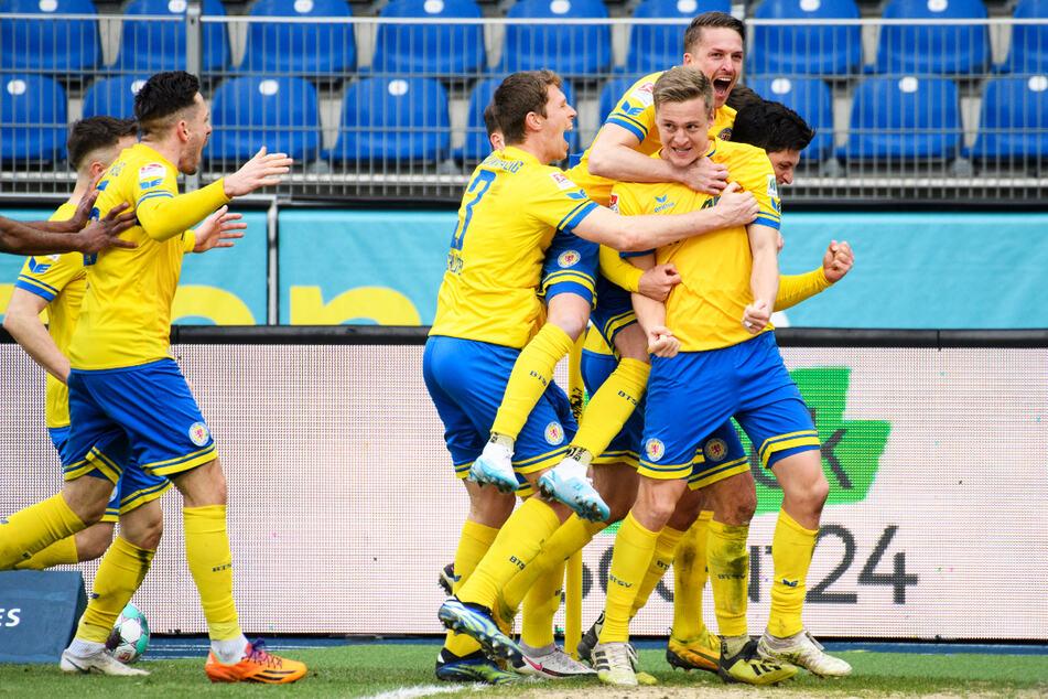 Riesenjubel bei Eintracht Braunschweig: Felix Kroos (29, 2.v.r.) schoss die Löwen mit einem Traum-Freistoßtor zum Sieg. Auch Ex-Dynamo Jannis Nikolaou (27, r.) ballt vor Freude die Faust.