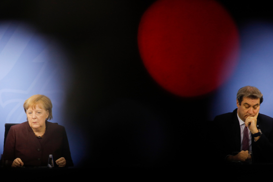 Bundeskanzlerin Angela Merkel (CDU) und Markus Söder (CSU), Ministerpräsident von Bayern, nehmen an einer Pressekonferenz nach den Beratungen mit den Länderregierungschefs im Kanzleramt teil.